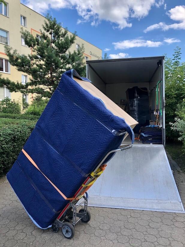 Transport mebli na wózku transportowym