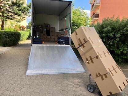 Samochód do przeprowadzek z rampą i kartonami